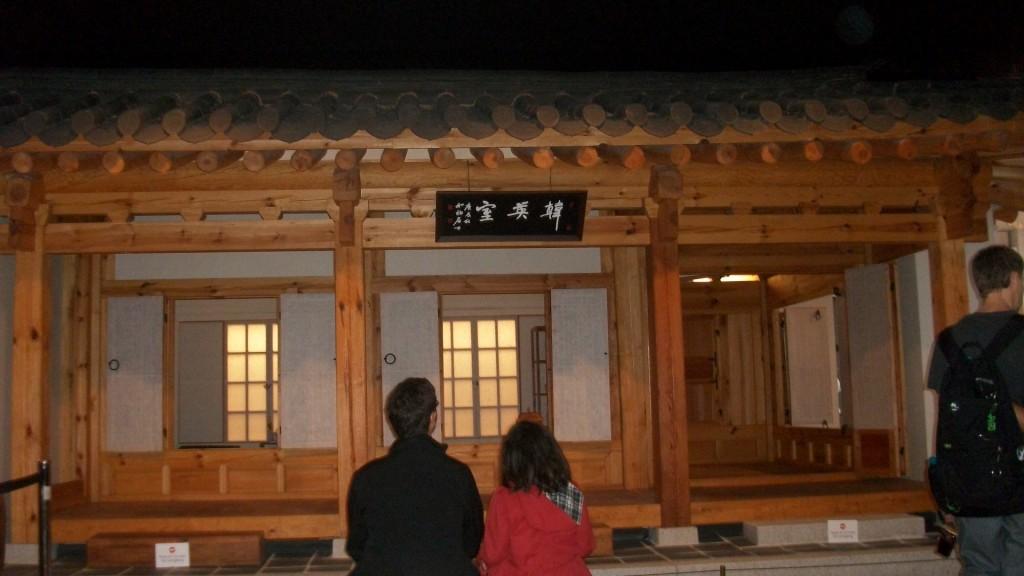 En admiration devant un sarangbang coréen, sorte de bureau super classe