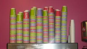 Par exemple, une grande oeuvre exposée au Tate Modern, les tasses à café en carton